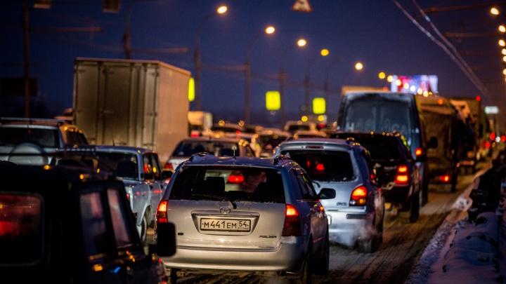 Мороз пробкам не помеха: новосибирцы опаздывают на работу из-за длинного затора на Большевистской