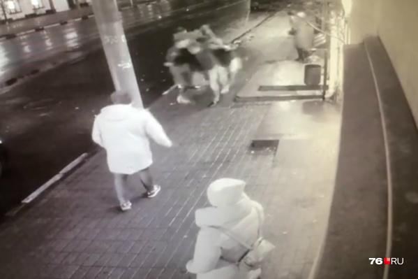 Момент драки попал на камеры видеонаблюдения
