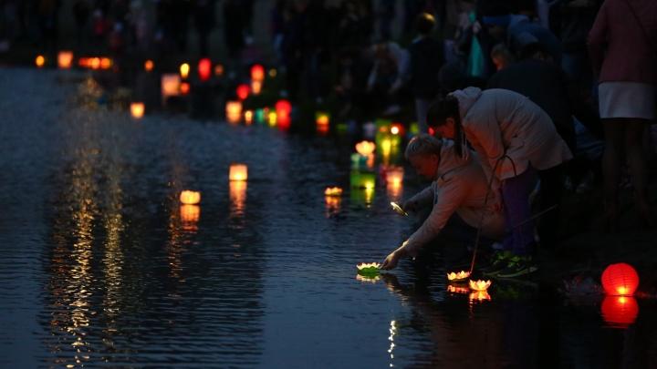 На Кировском озере запустили сотни горящих фонариков