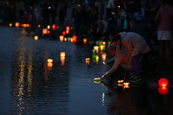 На Кировском озере запустили сотни горящих фонариков (фото)