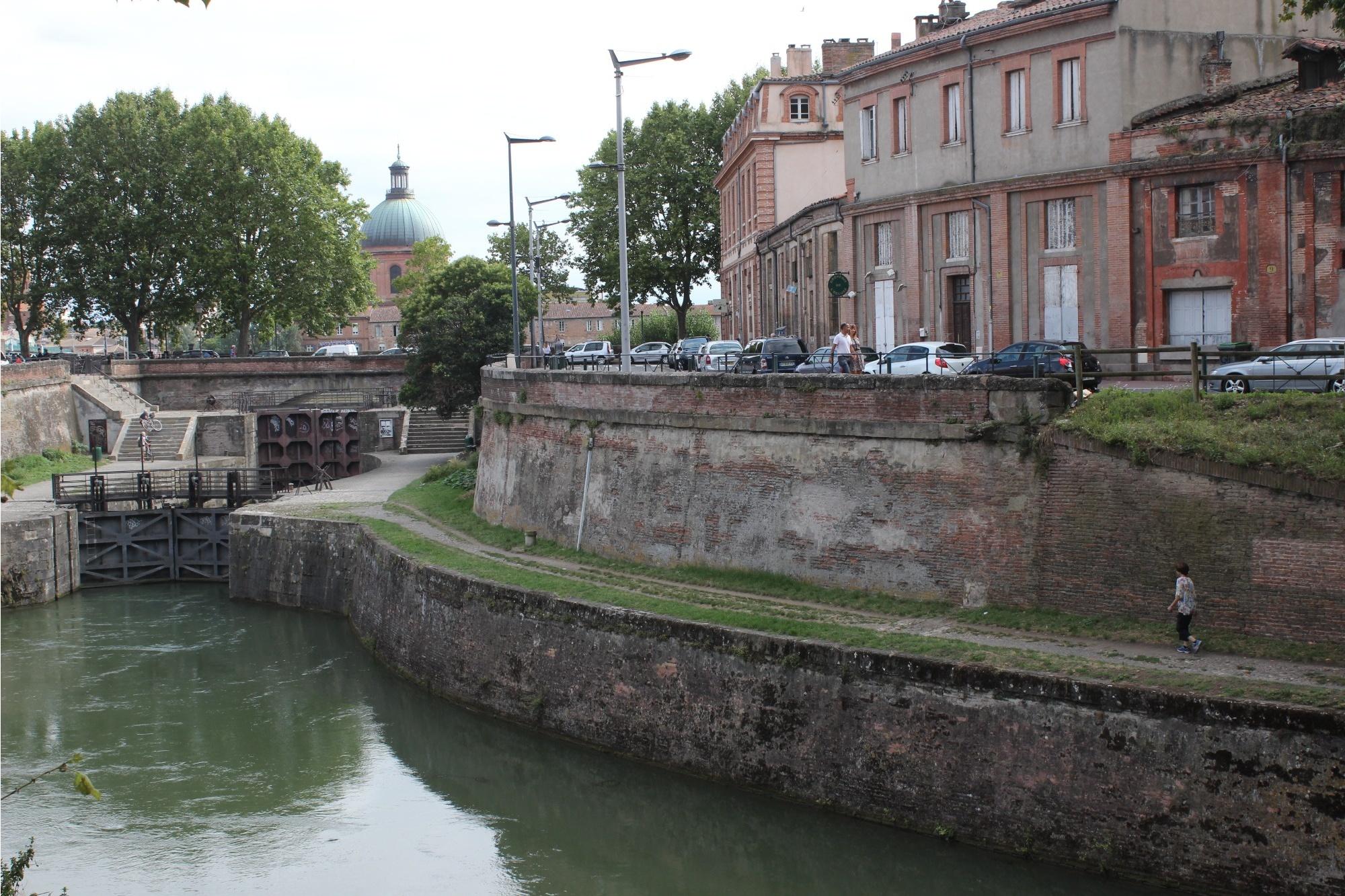 Шлюзы, с которых начинается Средиземноморский канал (после них река Гаронна)