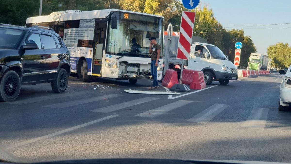 Автобус протаранил внедорожник, поворачивая в сторону Речпорта