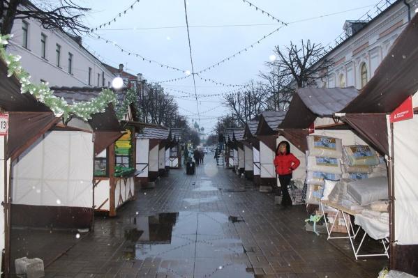 Палатки стилизовали под ярмарочные домики. Но в соцсетях они никому не понравились