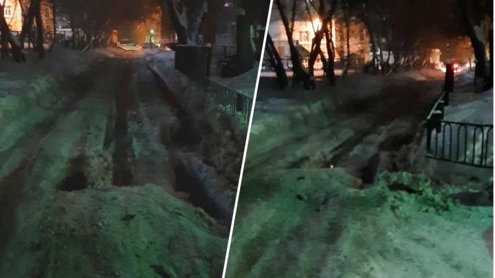 «Скорые не могут проехать»: в Кировском районе кипятком затопило улицу