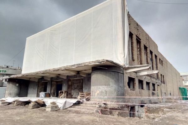 После от здания кинотеатра осталась только стена с мозаикой