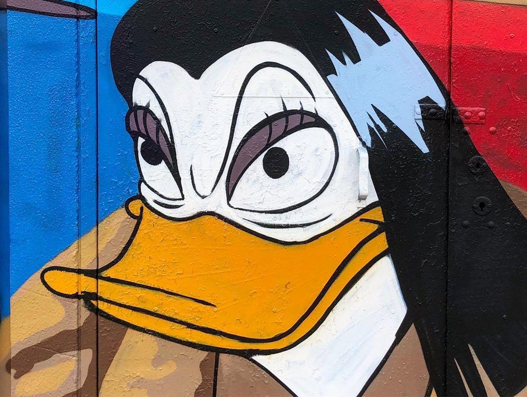 «Мальчик, водочки нам принеси»: Слава Птрк нарисовал сцену из «Брата 2» рядом с аэропортом Внуково