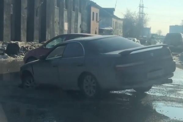 Водитель не смог самостоятельно выехать из ямы