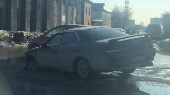 Toyota провалилась колесом в яму на перекрёстке и не смогла самостоятельно выехать
