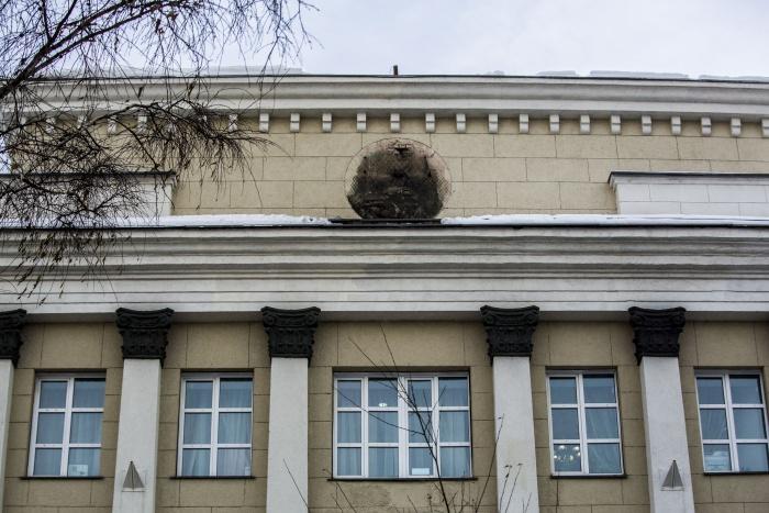Герб исчез с фасада утром 2 марта