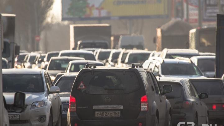 «Едем уже 2,5 часа»: автомобилисты пожаловались на пробки на въезде в Самару