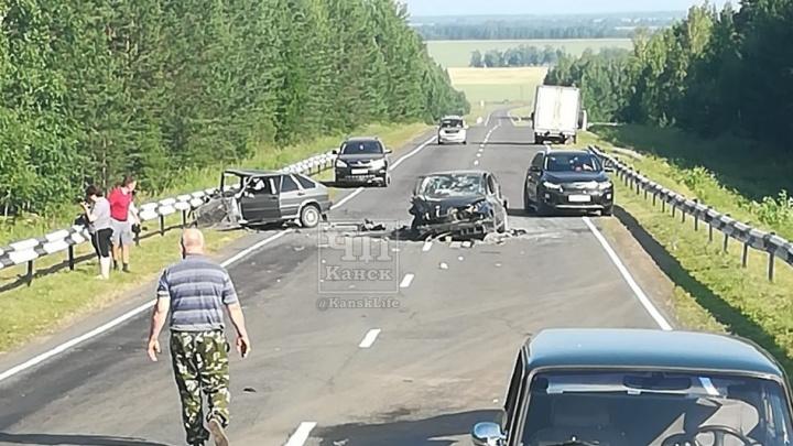 Под Канском три машины разбились в лобовой аварии. Движение затруднено