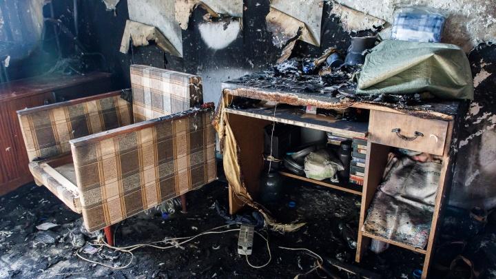 Комната выгорела дотла: при пожаре в Волжском пострадала 54-летняя женщина