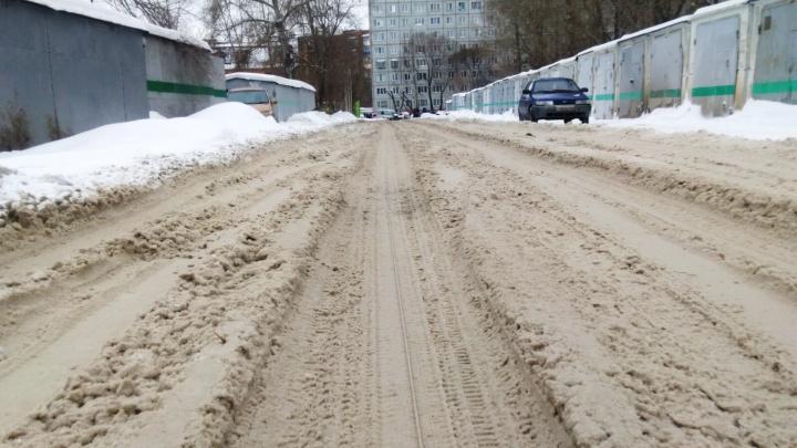 «Спасибо администрации города»: после сильного снегопада омичи поделились снимками неубранных улиц