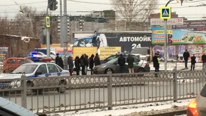 На перекрестке на Уктусе «Делимобиль» столкнулся с SsangYong и вылетел на тротуар