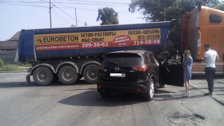 Отказали тормоза: Mazda CX5 въехала в самосвал