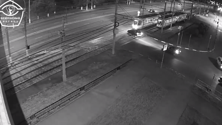 Водитель не разглядел трамвай и протаранил его у «Европы Сити Молл» в Волгограде