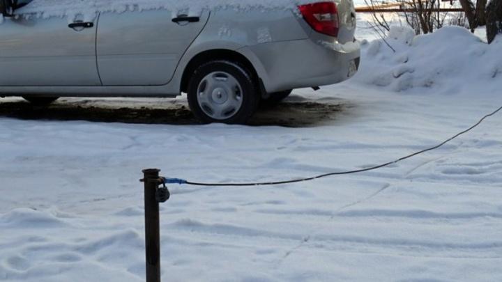 """На ВИЗе квартальные оштрафовали жителей, которые """"забивают"""" места для машин во дворе столбиками"""