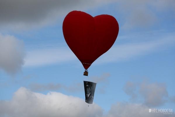 Перед открытием праздника над аэродромом пролетели воздушные шары с портретами знаменитых лётчиков