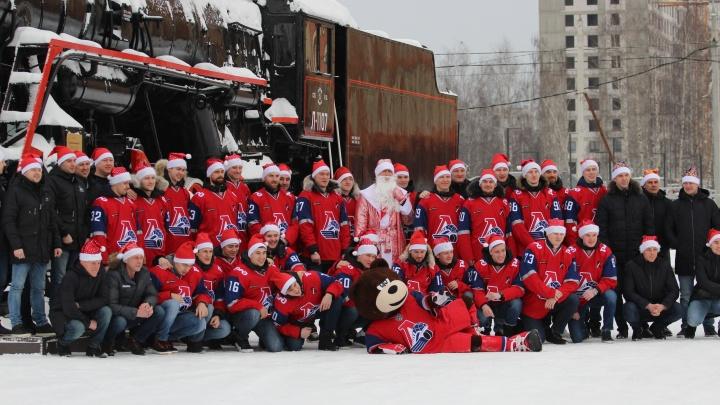 Хоккеисты «Локомотива» устроили новогоднюю фотосессию с Дедом Морозом