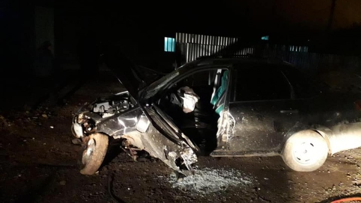 Колеса вывернулись, капот разбит: в Башкирии водитель погиб после удара о бетонный забор