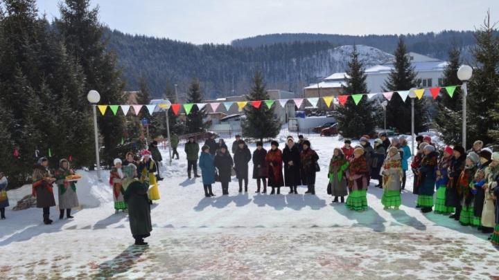 В Башкирии на празднике Навруз бабушки прыгали в мешках