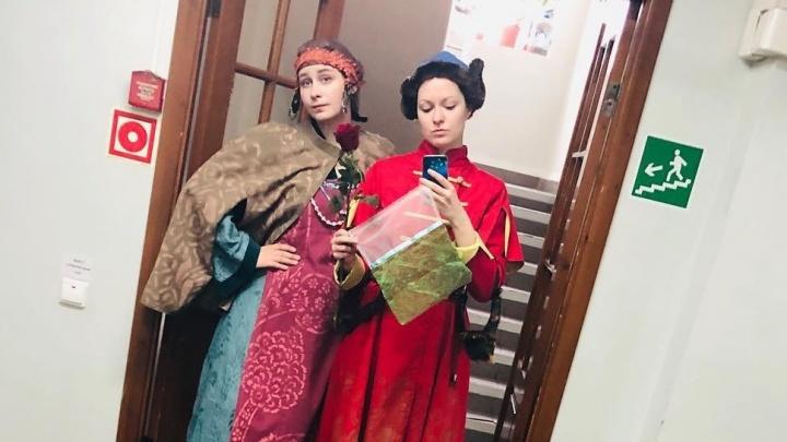 Антимусорный тренд: актрисы «архдрамы» сшили коллекцию экопакетов из обрезков от театральных нарядов
