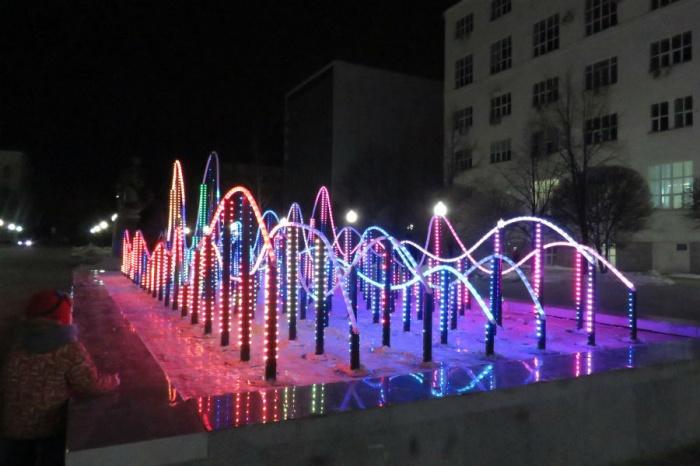 Сейчас фонтан в сквере у памятника Попову красиво переливается
