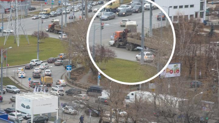 Стоят более 5 часов и создают пробку: ДТП с КАМАЗом и «Грантой»парализовало дороги в районе ЦАВ