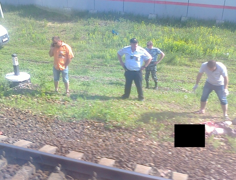 Пока неизвестно, почему мужчина не смог заметить быстро приближавшийся поезд
