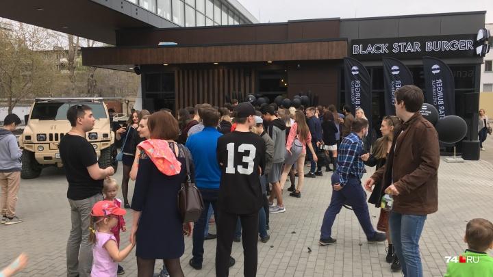 «Если скоро не зайду, плюну — и домой»: в Челябинске открылась бургерная от Тимати и собрала очередь