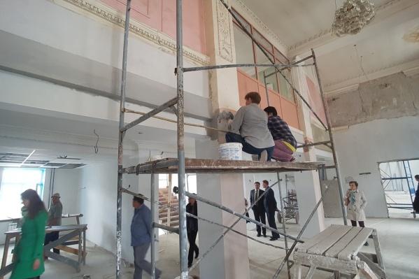 Строители приступили к чистовой отделке стен и реконструкции лепнины