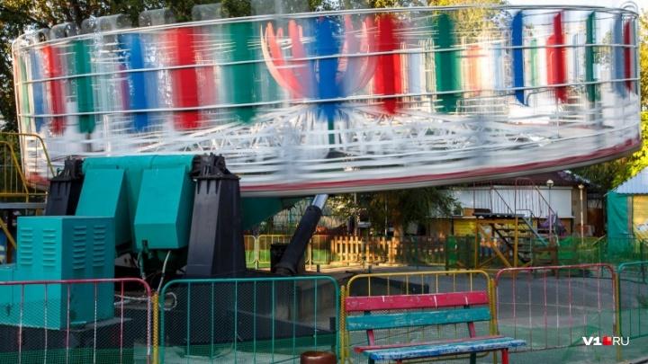 «Ломаем, крушим и вывозим»: на юге Волгограда зачищают закрытый чиновниками парк аттракционов