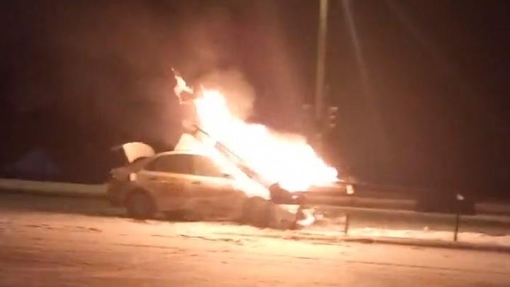 На въезде в Челябинск Volkswagen налетел на ограждение и загорелся