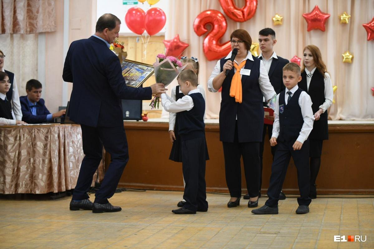 Дети вручили Симановскому картину и цветы