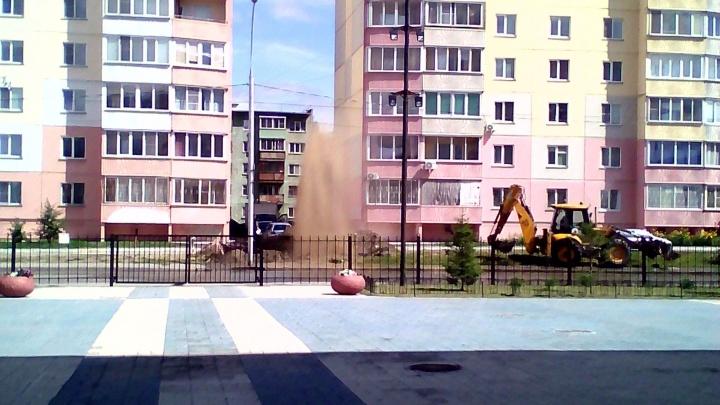 Недалеко от спортцентра «Заря» забил фонтан из земли