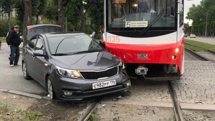 На Уралмаше легковушка залетела под новый трамвай пятого маршрута: видео