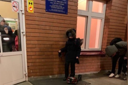 В Уфе мороз -20 градусов, а ученики элитной гимназии надевают сменную обувь прямо на улице