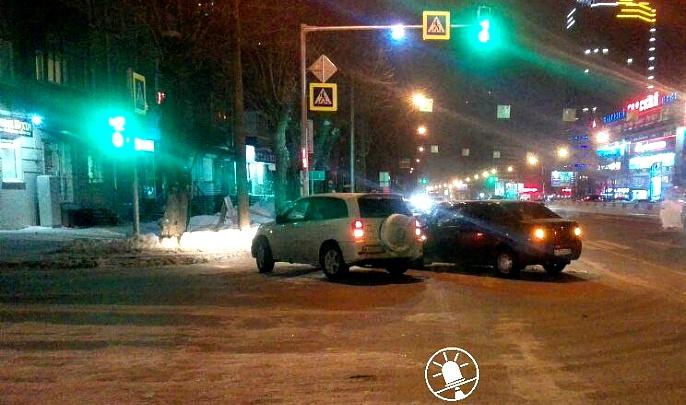 Таксист устроил погоню с тараном после того, как в него попала выброшенная из другой машины бутылка