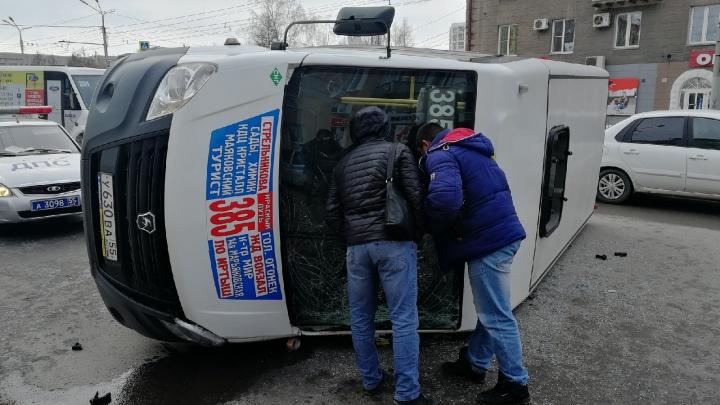 «Мужчина и женщина в больнице»: в минздраве прокомментировали аварию с перевернувшейся маршруткой