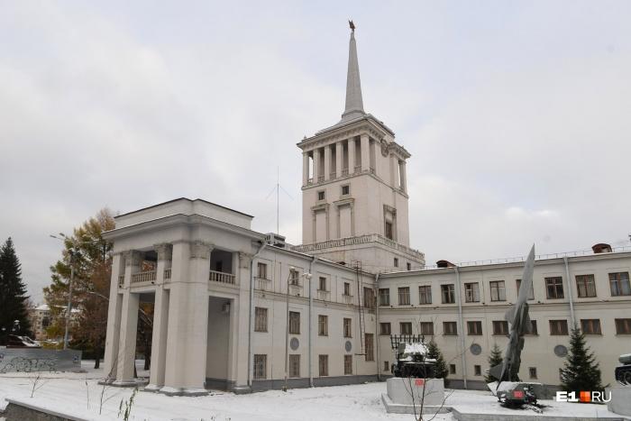 Здание Окружного дома офицеров принадлежит Министерству обороны России, но должно зарабатывать самостоятельно