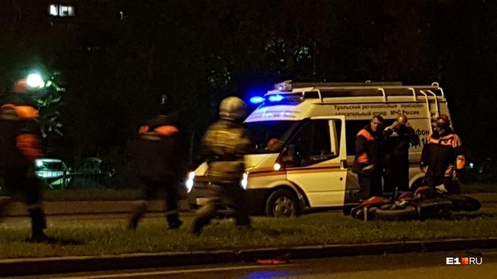 После столкновения байкер слетел с мотоцикла, а тот влетел в машину
