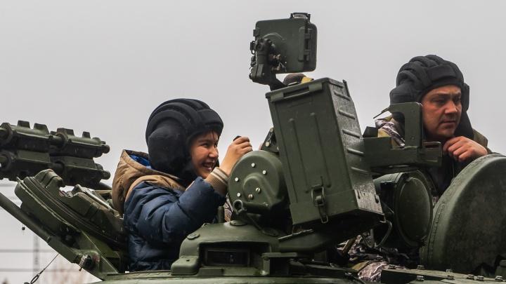 Омский танковый завод покатал на новом Т-80 мальчика-инвалида, который фанатеет от World of Tanks