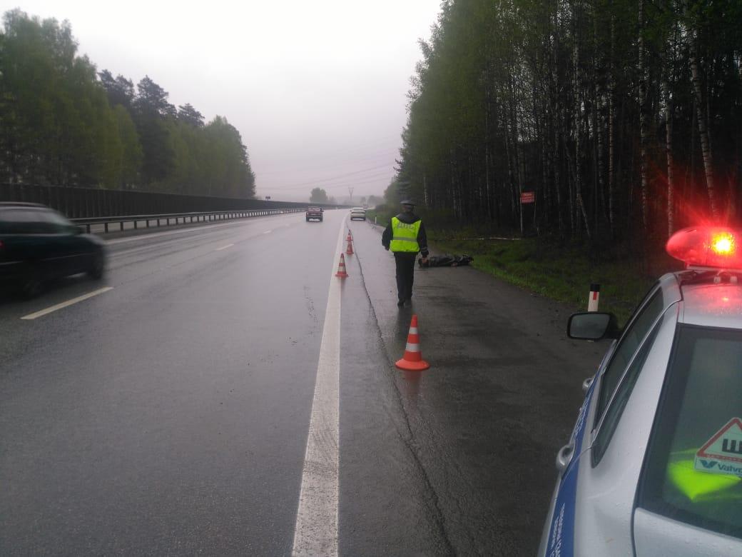 На дублере Сибирского тракта насмерть сбили мужчину, водитель скрылся