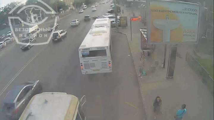 В Волгограде мотоцикл на скорости влетел в поворачивающую Lada: видео