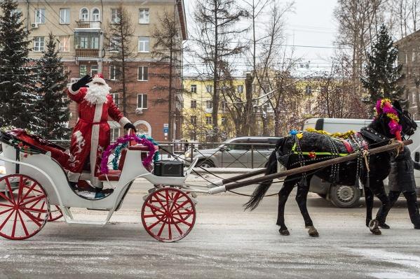 В детские сады Новосибирска теперь нельзя пригласить на роль Деда Мороза и Снегурочки артистов со стороны