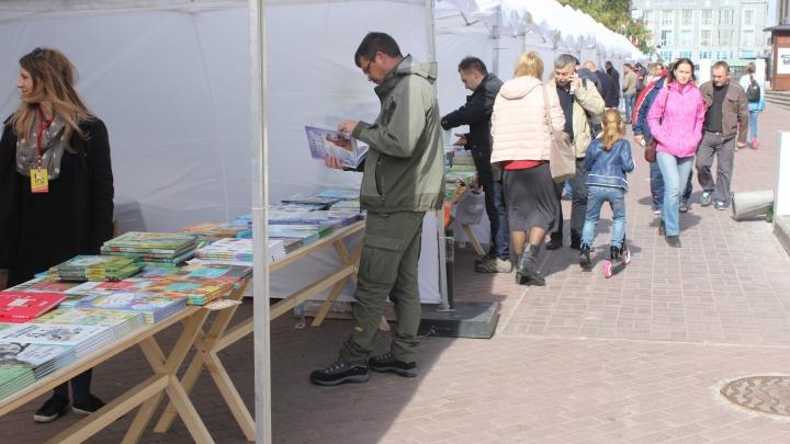 В Первомайском сквере поставили шатры с дешёвыми книгами