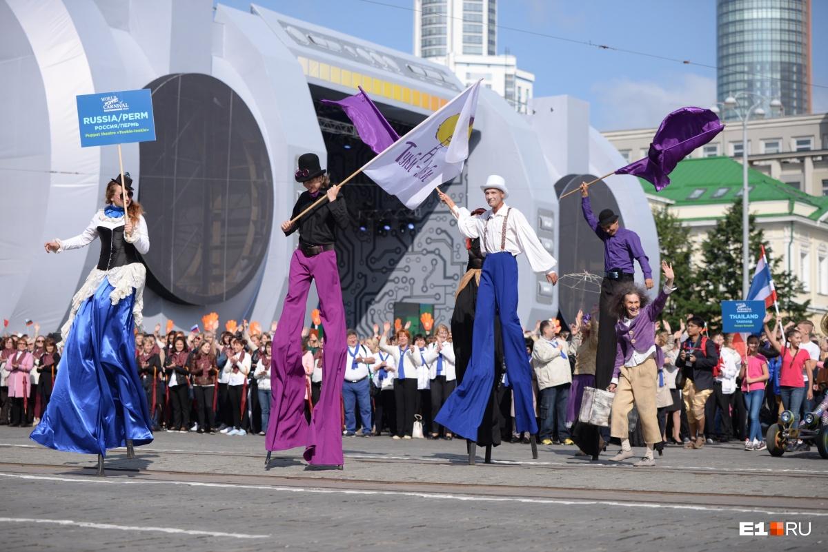 Карнавал немного напомнил те славные времена Чемпионата мира, когда по Екатеринбургу  гуляли толпы мексиканцев и перуанцев