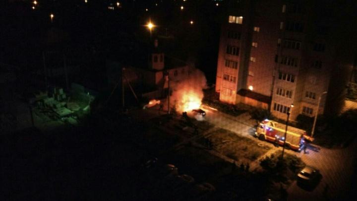 «Зорро» в маске сжег иномарку на севере Волгограда прошлой ночью