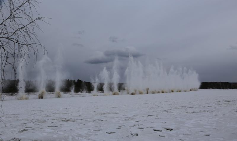 В Зеленогорске подросток на спор пытался перейти едва замерзшую реку