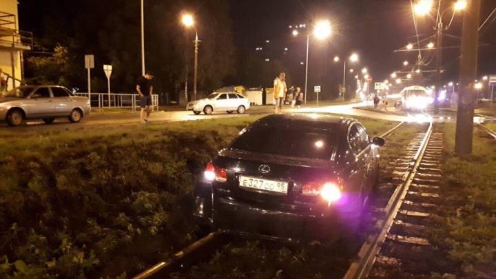 В Самаре «Лексус» вылетел на трамвайные пути после ДТП с «Приорой»